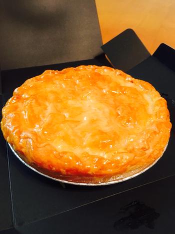 長野県・上高地のカフェ「TROIS CINQ上高地」。長野県の名産、信州産ふじりんごを丸々6個使用した「信州完熟りんごのパイ」は、上高地人気No.1のスイーツです。