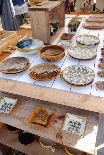 """「陶と暮らし。」は、""""暮らしを彩るうつわと手仕事の祭典""""。  例年秋に「笠間工芸の丘」で開催されるこのイベントでは、笠間の陶芸家らの作品や、来場者参加のワークショップ、伝統工芸士によるロクロの実演などが行われ、地元の美味しいものも出品される楽しい""""陶器市""""です。  【画像は、2017年開催の作家ブース】"""