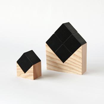 キューブ1個の小サイズ(画像左)と、4個使用の大サイズがあり、小は1~1.5畳、大は4~6畳程度の範囲に使えます。見た目のデザイン性もバッチリで、和洋どちらのインテリアにもピッタリなので、用途に合わせて大きさを選んだり、いくつもそろえて、玄関やリビングなど使い分けるのも◎。