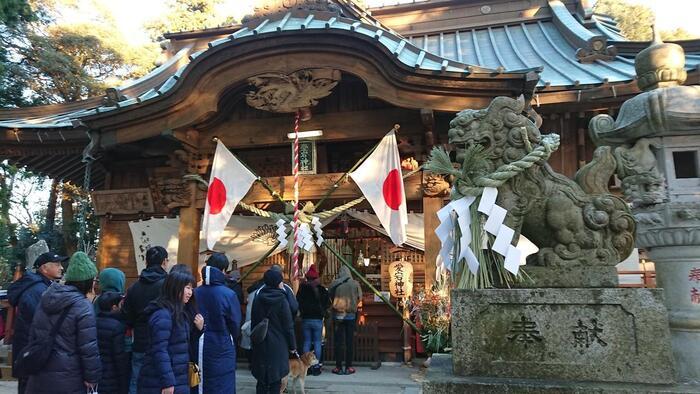 「愛宕神社」の神域である山頂付近までは、車道が通じ、駐車場も完備しているので、麓から登山することなく参拝することも出来ます。【元旦の初詣で賑わう「愛宕神社」拝殿前。初日の出も拝めるため、リピーターも多い。】