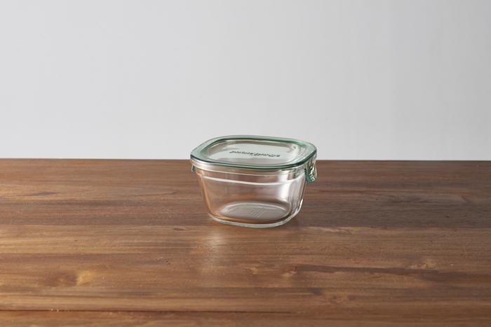 ポリカーボネート製の蓋は耐熱温度差140度で、蓋をつけたまま電子レンジにかけることも可能です。オーブン、食洗機で使用する際は蓋を外してくださいね。ぴったりと閉まる蓋は汁物を入れても漏れにくく、多様に使えるのも嬉しいポイントです。