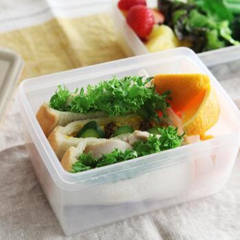 スウェーデンの樹脂ブランド「 Daloplast(ダロプラスト)」の保存容器は、電子レンジ・冷凍・食洗機OKと普段使いにぴったりです。用途に合わせて選べる4つのサイズがあり、異なるサイズのものを選んでも綺麗にスタッキングできてすっきりと収まります。食品の保存にはもちろん、こちらの画像のように手軽なお弁当箱としても使うことができて便利ですね。