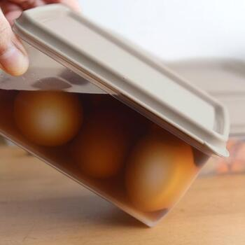深さのある保存容器は、煮卵をつけるときなどにもぴったり。密閉度の高い蓋がついているので、汁物を入れても漏れにくく安心です。この蓋は電子レンジ・食洗機では使用することができないので、注意してくださいね。