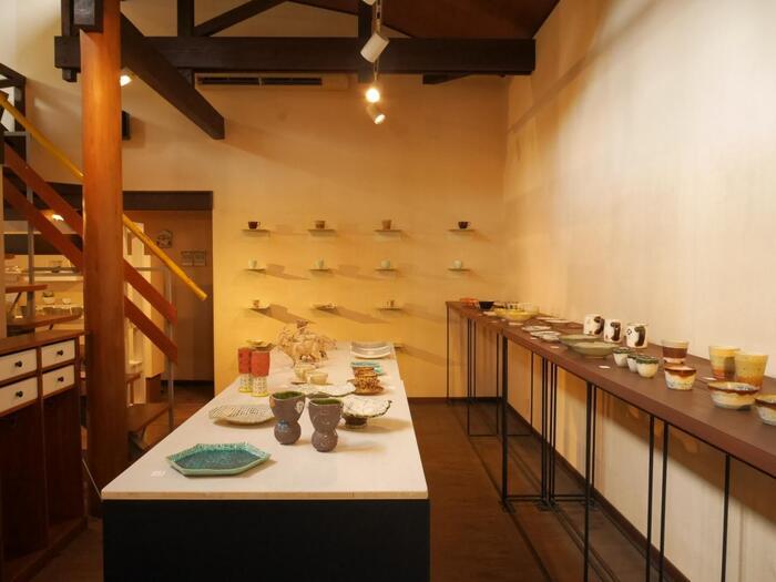 1997年創業の「SPACE NICO」は、笠間焼・益子焼を軸に、全国の陶磁器やガラス製品を店主のセンスで集めたセレクトショップ。