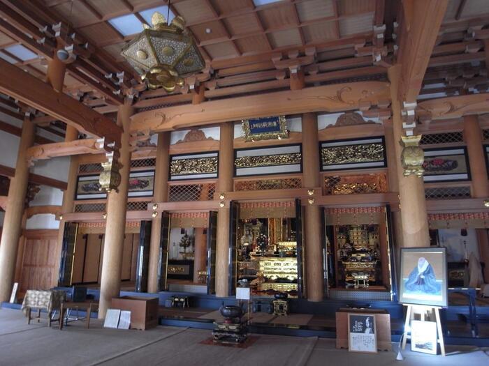 他に、親鸞聖人の遺骨が分骨されている「御頂骨堂」、聖徳太子を祀る「太子堂」、2尺8寸(役84センチ)の太鼓がある「太鼓堂」などがあります。【本尊「阿弥陀如来像」が祀られている「本堂」】