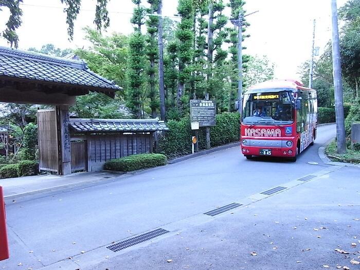 """茨城県のちょうど中央部に位置する""""笠間""""は、都心部から日帰り旅行するのに、ちょうど良い旅先。都心部からの直通バス、主要スポットを巡るバスも運行しているので、電車、マイカー問わず、アクセスが抜群です。  【「笠間」市内の駅と主要スポットを繋ぐ周遊バス。殆どの観光スポットを網羅し、安価で利用できるので便利。(画像は、笠間日動美術館別館「春風萬里荘」前)】"""
