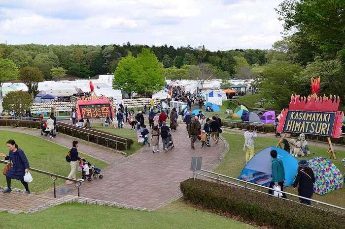 """「笠間芸術の森公園」は、""""伝統工芸と新しい造形美術""""をテーマにした""""茨城の新しい文化""""を発信する公園です。 【毎年GWに開催の「陶炎祭」は、当園内「イベント広場」で開かれる(画像は、2019年開催時の園内)。】"""