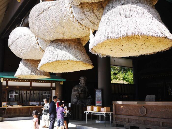 """島根県の大社同様に""""大しめ縄""""が掛けられた拝殿があり、遠く出雲まで出向かなくても、関東圏で拝礼することが出来ます。【大社一番見所「拝殿」。圧倒的なスケールの""""大しめ縄""""は必見ポイント。】"""