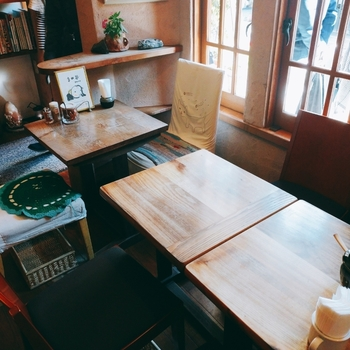 可愛らしい絵画や雑貨が随所に飾られていて、ほっこり温かみのあるカフェです。ジャズが流れる居心地の良い空間が広がっています。