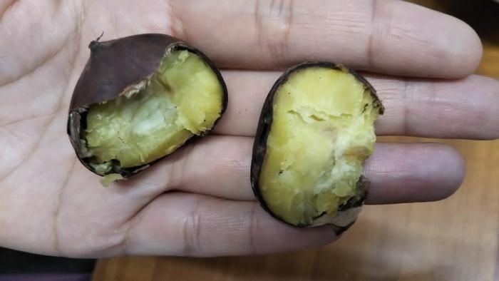 """『愛樹マロン』は、""""矮化(わいか)栽培""""という、特許取得の特別な栽培方法から生まれた笠間のブランド栗です。殺虫剤を用いずに育成された栗の木から生まれる実は、大粒で高糖度。栗本来の風味が強い美味しい栗です。  『愛樹マロン』の生産者「あいきマロン」では、期間限定販売の『生栗』、収穫後1ヶ月間低温熟成後に焼き上げた『焼き栗』の他、通年で購入できる『熟成むき栗』も販売しています。 【JR岩間駅から徒歩5分の「愛樹マロン販売店舗」では、焼き栗が試食出来る。】"""
