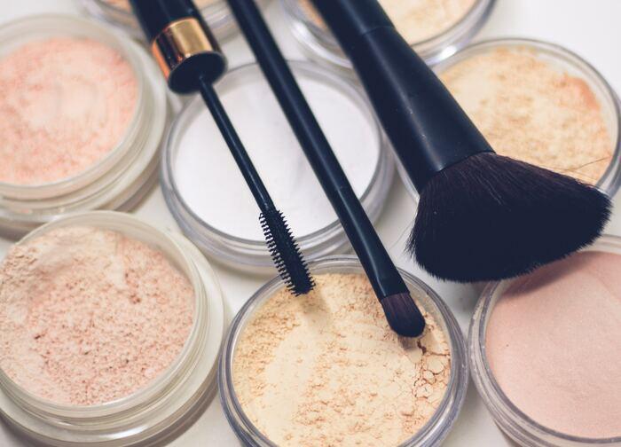 ルースパウダーは、粉状のパウダーで、パフやブラシでふんわりと肌にのせて使います。リキッドファンデーションやクッションファンデの仕上げに使うことで、テカリを抑えて化粧崩れを防ぐ効果もあります。