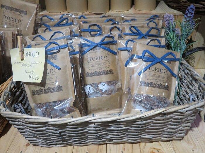 """大分県九重市の紅茶専門店「36」。""""とりこになる美味しさ""""と謳われている「TORICOシリーズ」は、お取り寄せでも人気のハーブティーです。ルイボスティーをベースに、アップルの香りにピーチの甘い香りがプラスされています。"""