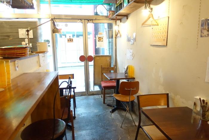 カウンターと2人がけのテーブルが置かれた小さめの店内。お客さん同士やスタッフの方との距離もほど良く、ひとりでも入りやすい雰囲気です。混雑時は大勢での入店がむずかしいこともあるので、少人数で訪れるのがおすすめ。