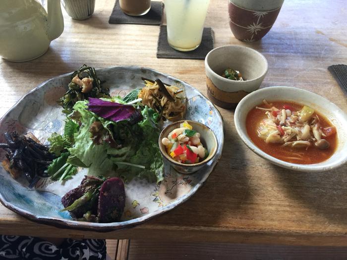 食事は、地元の採れたて野菜をふんだんにつかった「こくうプレート」が人気。なんと10種類以上もの野菜が使われているそうですよ。使用する野菜は無農薬にこだわったりと、体にやさしいメニューが揃っていますので、ぜひ足を運べる距離感にいるなら、「カフェ こくう」でお腹を満たしてはいかがでしょう。