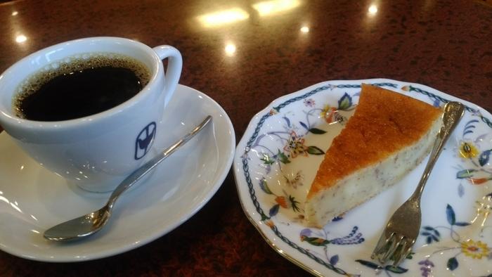 珈琲専門店とあって、基本的にコーヒーは、ホット(ブレンド)かアイスの二択のみです。アイスは、ゆっくりと時間をかけて抽出される水出しコーヒーで、こちらも人気。  あわせて、バナナケーキなど、マスターお手製のケーキをいただくこともできますよ。