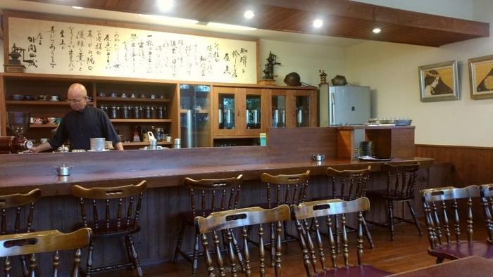 日本最西端、与那国島後出身のマスターがつくる一杯は、コーヒー通も唸る味わい。常連さんも多くいらっしゃいます。店内は木製の家具で整えられており、居心地がいいですね。