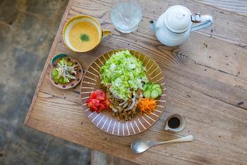 ランチメニューで人気なのが、沖縄初の、お醤油ダレをかけていただく「わわライス」。その気になる味わいは・・・食べてみてのお楽しみです。