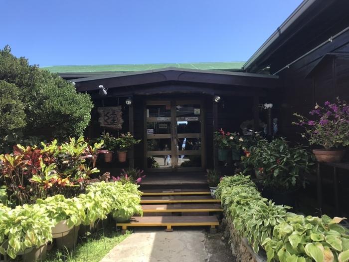 最後に、「沖縄の絶景カフェと言えばここ!」という方も多い「カフェくるくま」をご紹介。南城市の高台に佇む、人気の一軒家カフェです。