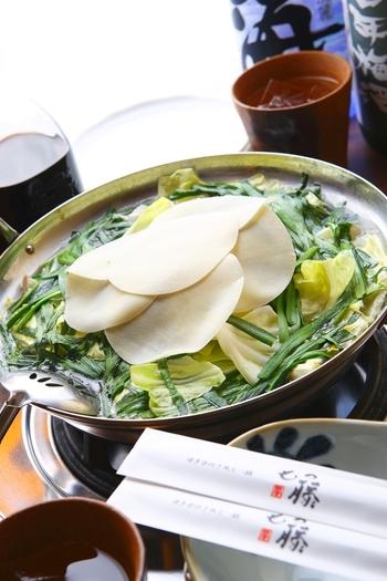 名物の「博多水炊き風もつ鍋」は、名店の味を引き継ぐあっさりした味つけ&コラーゲンたっぷりで女性に人気です。