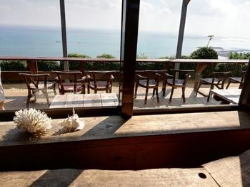 こちらのように、高台から海を一望できるテラス席があるのが、大きな魅力。神の島と呼ばれ、古くから信仰の対象になっている久高島(くだかじま)も望めますよ。
