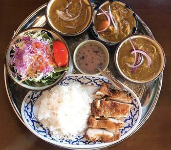実は「カフェくるくま」、カフェでもありますが、タイ国政府商務省認定のタイ料理レストラン。  本格的なカレー、またタイ料理ならではのトムヤムクン、ガイヤーンなどのメニューをいただけますよ。海風を感じながら、タイ料理のスパイシーな刺激で体に元気をチャージする・・そんなひと時も素敵ですよね。