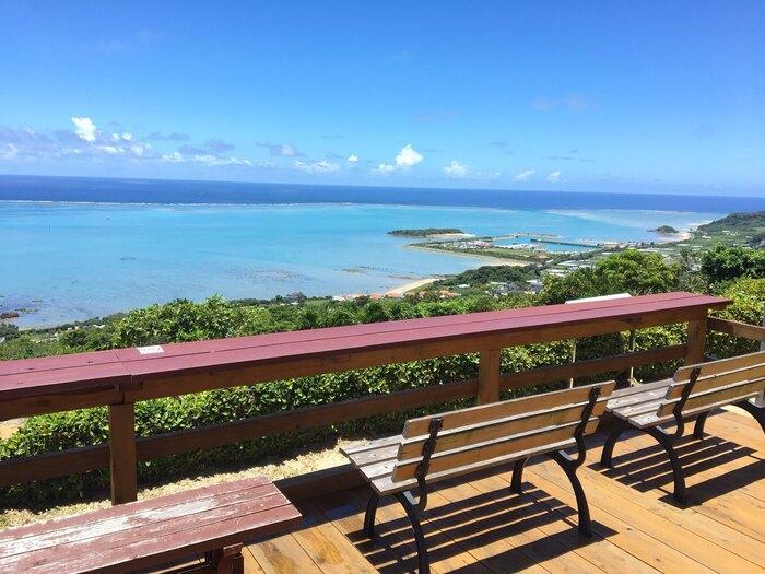 どこもナチュラルテイストで、きっと心地よく過ごせますよ。なかには、海の大パノラマを楽しめるロケーションのカフェも。沖縄本島の北部~中部~南部にかけて紹介していきますので、ぜひ参考にしてくださいね。