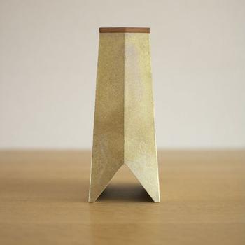 重さを生かし、接地面には柔らかなシリコンが埋め込まれた安定感のあるつくり。刃こぼれ対策として、包丁を差し込む部分には木製(桜材)の蓋が付けられており、洗うこともできます。包丁3本、ペティナイフ2本が収納可能。下部は三角形に開き、包丁の乾きを早める仕組み。