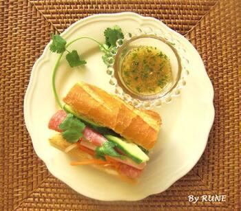 ベトナム語で「パン」の総称の「バインミー」。日本ではベトナム風サンドイッチとして人気があります。さっぱりとした味わいで、なますを挟んで作るレシピが有名なので、なますが余ったらぜひ、お家にある野菜と合わせて、ランチに美味しくさっぱりとしたサンドイッチはいかがでしょうか。