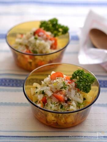 和風のなますを、ごはん、しらす、ミニトマトなどと和えて洋風のライスサラダに。なますの漬け汁も使うので、味付けも楽チンで、和洋どちらの料理の副菜にもなりそう。