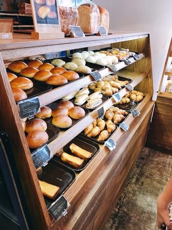 朝7:30から営業しており、自家製のパンがずらりと並びます。  焼きたてパンとドリンクをイートインで楽しむのもよし、もちろん、テイクアウトするもよし。また、パンが付いたモーニングやランチメニューもありますよ。