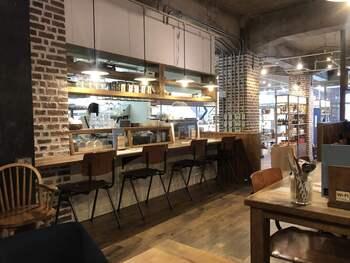 1階はこちらのベーカリーレストラン、2階は「オハコルテ 泉崎店」としてタルトの販売を行なっていますよ。お土産スポットとしても重宝しますね。また店内の一角には、暮らしのアイテムや雑貨の販売コーナーも。  店内はこのように優しい灯りと木製家具が織りなす、居心地のよい空間です。