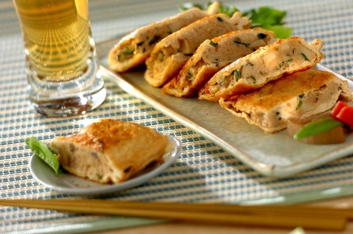 油揚げの中に鶏の挽き肉、細かく刻んだお煮しめがたっぷり入った「タイ風油揚げのはさみ焼き」。バジル、すりおろしたニンニク、ナンプラー、オイスターソース、そしてナンプリックパオで味付けをしてエスニックな味わいに仕上げますが、ナンプリックパオがない場合は、味唐辛子やチリペッパーでも◎。