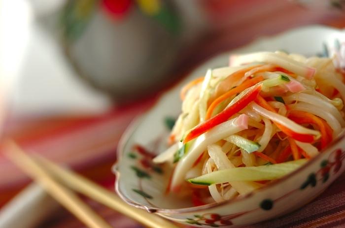 こちらはごま油の風味が食欲をそそる中華サラダ。なますの他に、きゅうり、もやし、そしてかまぼこが入るので、かまぼこも余っていれば彩りも食感も◎の美味しい中華サラダに簡単にリメイクできます♪