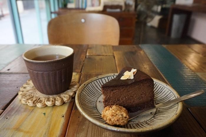 コーヒーは、オーガニックコーヒーをいただけますよ。一緒にいただくスイーツもとっても魅力的で、もちろん、ヴィーガンスイーツです。こちらのソイショコラのほか、ソイチーズケーキなどを提供していますよ。