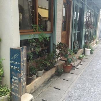 やちむん通りの近くで、賑やかな国際通りの裏路地に店舗を構える「自然食とおやつmana(マナ)」をご紹介。  沖縄県産の自然栽培や無農薬の野菜など、体が喜ぶ食材にこだわっているヴィーガンカフェです。動物性のものは一切不使用なので、ビーガンの方はもちろん、小さい子供連れの方でも安心ですね。