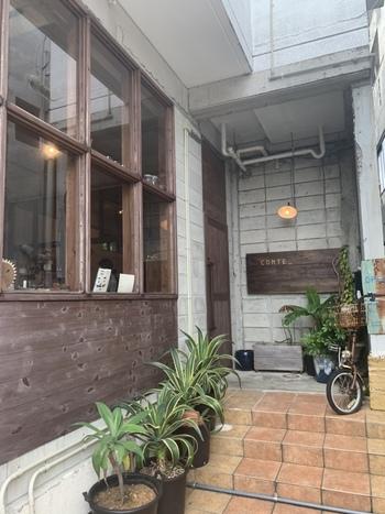 食材だけではなく器にいたるまで、地元・沖縄で作られたものにこだわる、沖縄愛でいっぱいのカフェが「 conte(コント)」。  先述のmofgmonaで働いていた五十嵐亮さんと奥さまが営んでいるお店です。