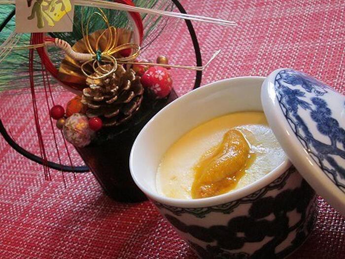 かまぼこやエビ、炒り鶏などが余ったら、まとめて茶碗蒸しにするのも◎。白だしを使って風味豊かな美味しい茶碗蒸しが簡単に作れるうえに、具材もいつもより豪華になって喜ばれそう。