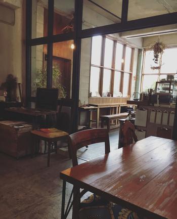 木のぬくもりを感じさせる空間で、それぞれのインテリアにこだわりが感じられます。  お店の一角には沖縄を拠点に活動している作家さんのアイテムが並んでおり、手にとって購入することができますよ。