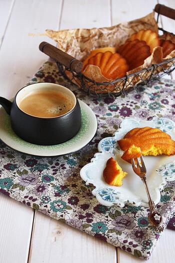 栗きんとんで作るマドレーヌは、栗とバターの風味が食欲をそそり、食べ過ぎてしまいそう。可愛らしい見た目と色合いは、持ち寄りパーティーにも使えて◎。