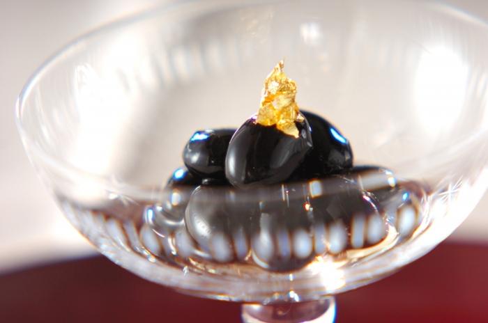 甘く煮た黒豆にブランデーを加えて香り付けをするだけで、あまった黒豆が一気にオシャレな大人のオードブルに変身!作り方もとってもシンプル。前日に残った黒豆を、シロップとブランデーに浸しておくだけでOK!オシャレなグラスに盛りつけてお客様にお出しすれば、いつもと違う大人の風味の黒豆に驚かれるかも。