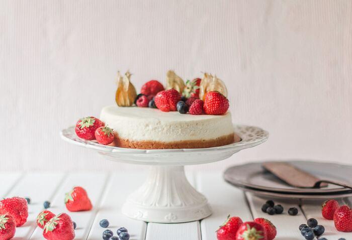 赤ちゃんケーキで生クリームの代わりによく使われるのが、水切りヨーグルト。プレーンヨーグルトをキッチンペーパーを敷いたざるやコーヒーフィルターなどで水切りするだけなので、手作りの際も簡単に用意することができます。または、赤ちゃん用のヨーグルトをデコレーションに使うのもおすすめ。野菜や果物が入ったものなら、見た目にもカラフルできれいです。牛乳にアレルギーがある場合は、豆腐クリームなどを使ったケーキもあります。