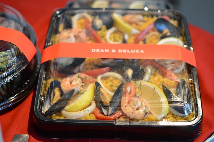魚介がたっぷり入ったパエリアは、家で作るには道具を揃えたり食材を集めたりとかなりの手間がかかりますよね。そんな時には【DEAN & DELUCA】のパエリアがぴったり。エビ・イカ・ムール貝の素材の旨みが染み込んだ「シーフード パーティーパエリア」を予約しておきましょう。おしゃれなフライパンや鉄鍋などに盛り付ければ、手作りしたように見えるはず♪