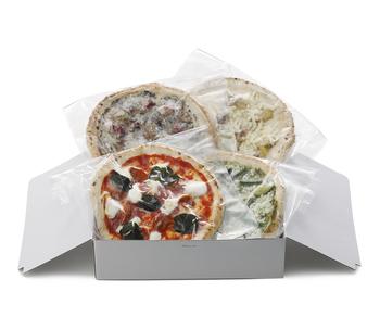 子供から大人まで集まるパーティーなら、幅広い世代に喜ばれるピザもいいですね。【DEAN & DELUCA】の「クラフトピザコレクション」は、職人さん手作りのこだわりピザが4枚セットになったお取り寄せ商品。事前に購入しておけば、焼きたてをみんなに振る舞えます。