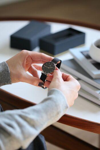 大切な腕時計を綺麗な状態でキープするには、何と言っても毎日のお手入れが欠かせません。加えて、酷使しやすいベルトの劣化を抑えるため、複数のベルトを定期的に交換して使い分けるという方法もあります。お気に入りの時計に着替えを用意するような感覚で、素敵なベルトをもう一本、新調してみませんか?
