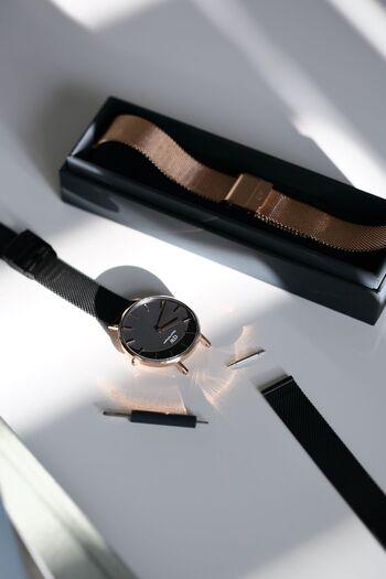 腕時計のベルトは、先端に通した「バネ棒」と呼ばれる細長いパーツを、時計本体の受け穴に嵌め込むことで固定しています。小さなスプリングが入ったバネ棒は、両端の突起部分を押すと僅かに伸縮する仕組み。交換時には専用の工具でバネ棒の突起を引っ込め、本体の受け穴から抜くことでベルトを外します。