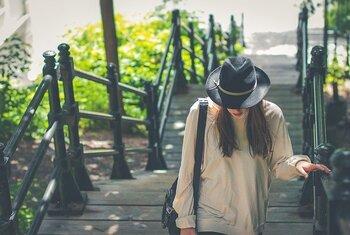バッグに触れている部分の服の生地は、その時間の分だけ摩擦によって痛んで行ってしまいます。片側だけでバッグを持ち続けるよりも、定期的に右、左と変えた方が服に優しいです。