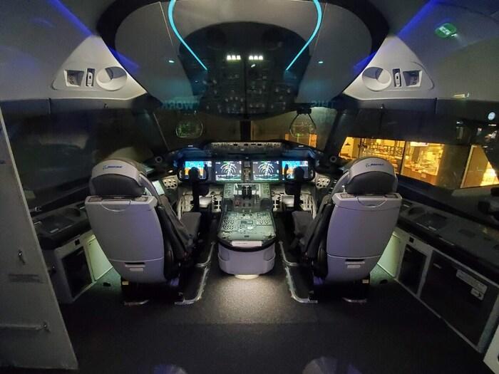 FLIGHT OF DREAMSでは、ボーイング787型旅客機の中にも入ることができ、コックピットの展示もされています。ここでは、飛行機に乗っても入る機会が無いコックピットを見るという貴重な体験をすることができます。