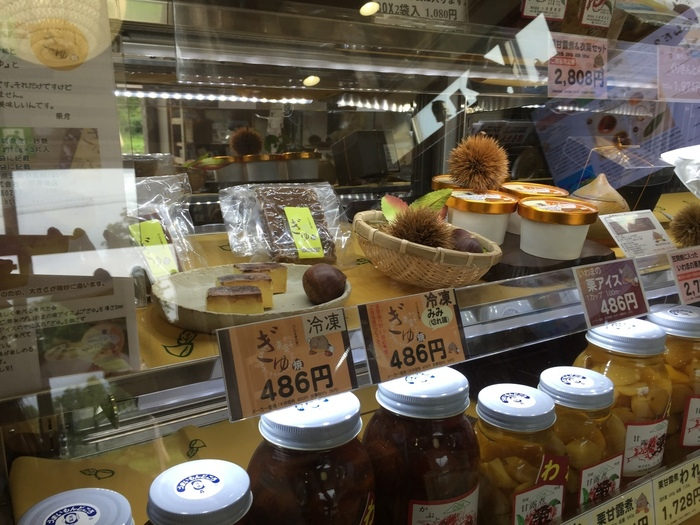 「小田喜商店(おだきしょうてん)」は、笠間市岩間の栗を主に扱う、食品加工製造店。業務用に卸販売する他、小売の店舗もあり、オリジナルのスウィーツも製造販売しています。 【JR岩間駅から徒歩15分程のにある小売店舗には、栗の甘露煮や栗の渋皮煮等、様々な栗加工品が並ぶ。】