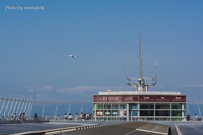 スカイデッキは、セントレアの第1ターミナル屋上にある長さ約300メートルの屋外デッキです。ここは日本で最も近くに飛行機を見ることができる展望台として知られています。