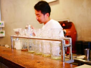 コーヒーの香り漂う店内はカウンター式です。1杯1杯を丁寧にいれてくれるのがうれしいです。